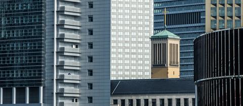 Die Matthäuskirche zwischen Bankenhochhäusern in Frankfurt