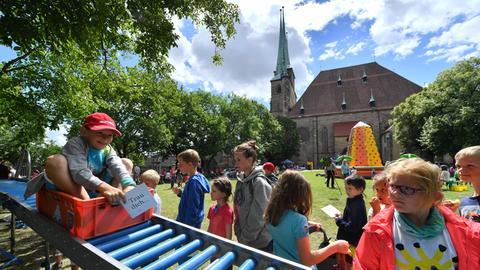 Kinder spielen vor einer Kirche