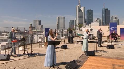 Der Eröffnungsgottesdienst des Ökumenischen Kirchentages auf einem Parkdeck in Frankfurt