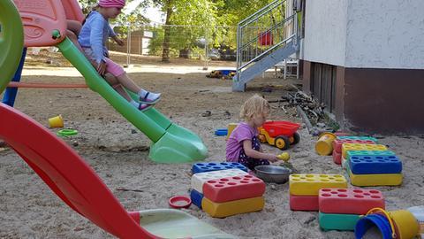Kinder spielen im Garten