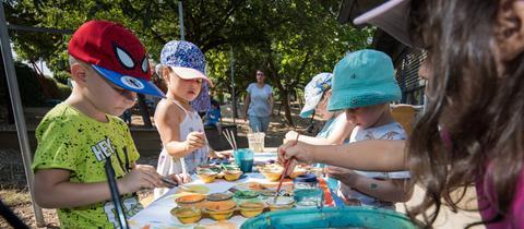 """Kinder malen in der städtischen Kita """"Trauminsel"""" in Bad Vilbel"""