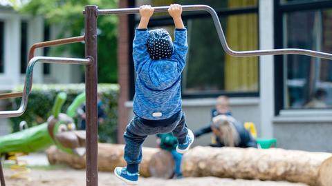 Ein Kind spielt auf dem Spielplatz