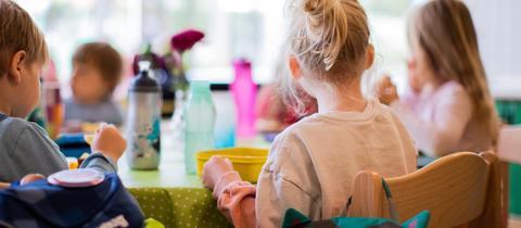 Kita-Kinder frühstücken gemeinsam.