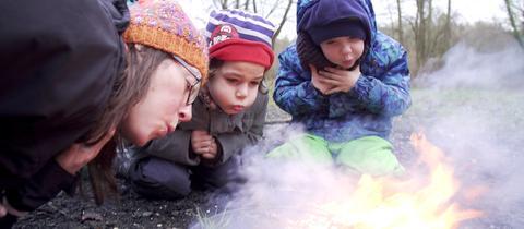 Kinder der Maintaler Kita am Feuer.