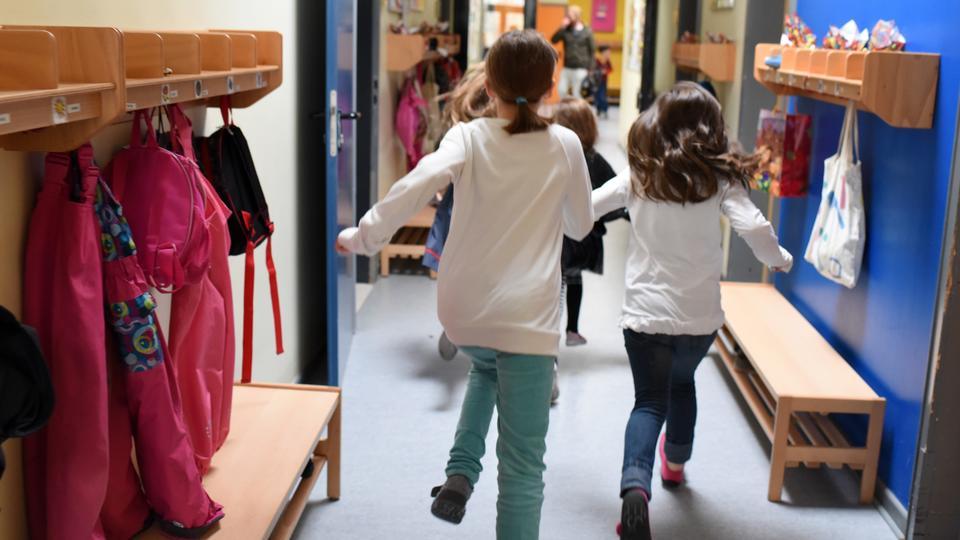 Kinder laufen in einer Kita in Kassel durch den Flur.