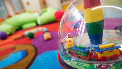 Ein Spielzeug-Zug steht im Aufenthaltsraum einer Kita in Offenbach.