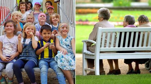 Bildkombo: Kinder sitzen auf einer Treppe, Senioren sitzen auf einer Bank