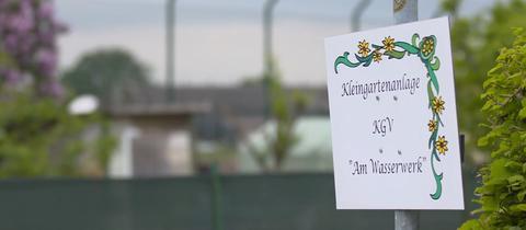 Ein Schild weist auf die Kleingartenanlage neben der US-Airbase in Wiesbaden-Erbenheim hin.