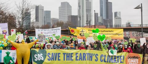Aktivisten für den Klimaschutz protestieren anlässlich des Klimagipfels in Paris in Frankfurt.