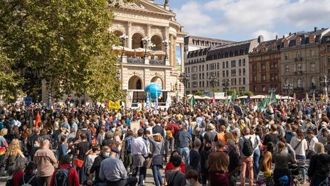 Eine Menschenmenge vor der alten Oper in Frankfurt