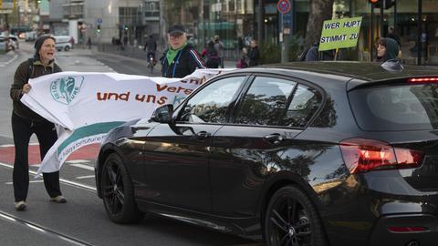 Erste Blockaden beim Klimastreik in Frankfurt