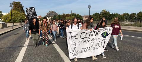 Der Demonstrationszug bewegt sich über eine Brücke