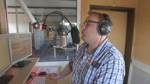 Matthias Lissner steht am Mikrofon im Radiostudio