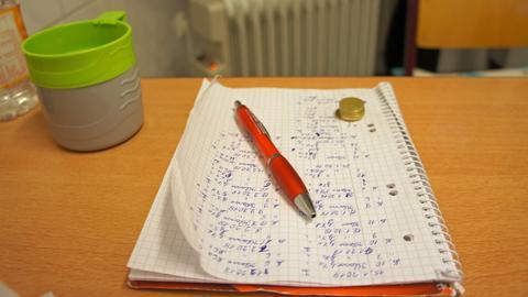 Notizzettel und Kleingeld auf dem Tisch der Klofrau