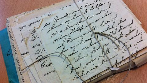 Die Bilder zeigen Briefe des analogen Liebesbriefarchivs an der Universität Koblenz-Landau.