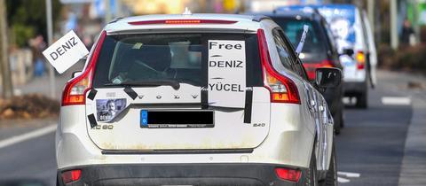 """Ein Autokorso-Teilnehmer in Flörsheim hat sein Fahrzeug mit dem Aufruf """"Free Deniz Yücel"""" beklebt."""