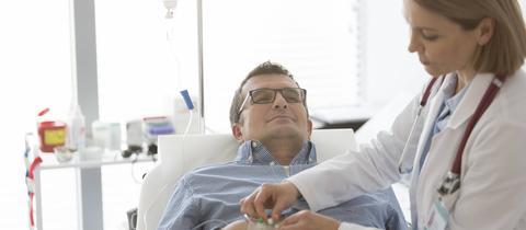 Ärztin behandelt Patienten im Krankenhaus