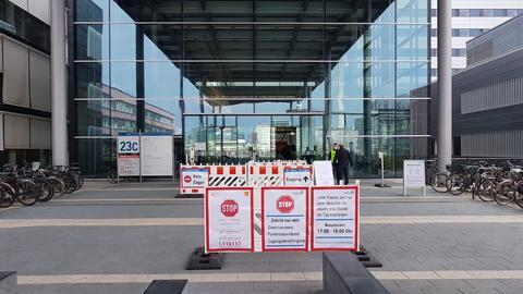 Strenge Einlassbedingungen Haupteingang der Frankfurter Uniklinik.