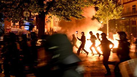 Brennende Barrikaden am Rande des G20-Gipfels in Hamburg