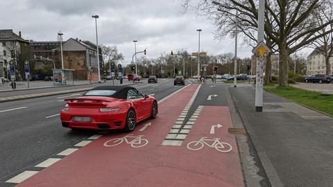 Fahrradweiche an der auserwählten Darmstädter Kreuzung: Aktuell kreuzt der rechtsabbiegende Autoverkehr noch den Fahrradweg.