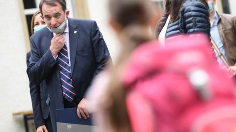 Kultusminister Lorz beim Besuch einer Schule