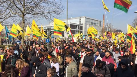 Tausende Kurden ziehen durch Frankfurt.