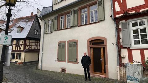 Sieghard Pawlik vom Mieterverein Höchster Wohnen vor seit langem leer stehende Wohnungen in Frankfurt-Höchst