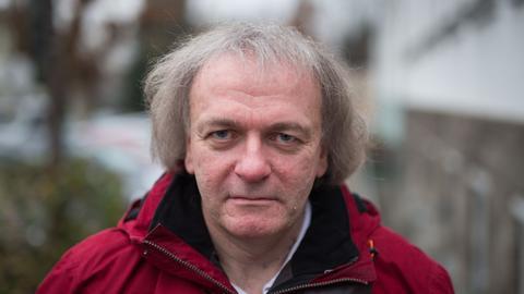 Der beklagte Lehrer im Dezember vergangenen Jahres vor dem Gebäude des Amtsgerichts in Limburg.
