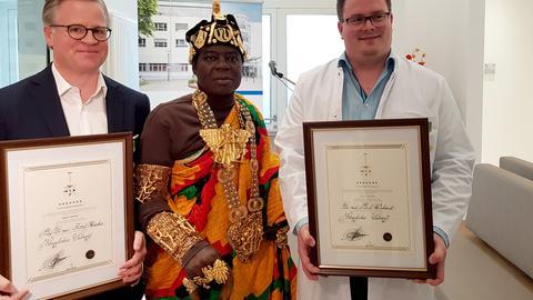 Der König inmitten seiner Leibärzte Professor Dr. Axel Häcker (links) und Dr. Paul Schmidt