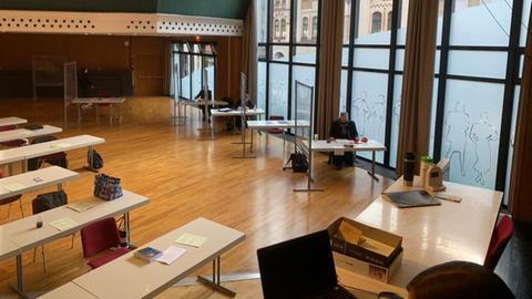 Limburg-Weilburg: Der Saal für die konstituierende Sitzung des Kreistags. Mit Plexiglasscheiben für die AfD-Fraktion.