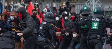 Polizisten und Demonstranten geraten aneinander