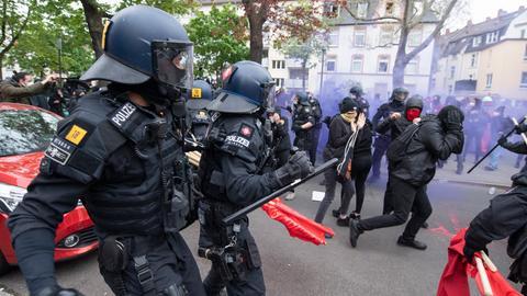 Polizei und linke Demonstranten geraten aneinander
