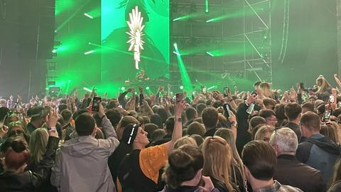 In einer Halle tanzen mehrere tausend Menschen dicht gedrängt.