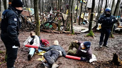 Waldbesetzer im Dannenröder Forst hängen in einem Lock-on fest.