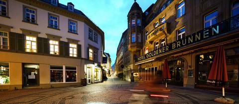 Die Wiesbadener Innenstadt ist menschenleer.