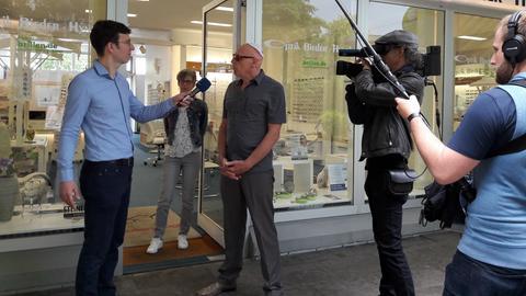 hr-Team interviewt einen Optiker