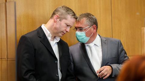 Stephan Ernst im Gespräch mit seinem Anwalt Frank Hannig (rechts).