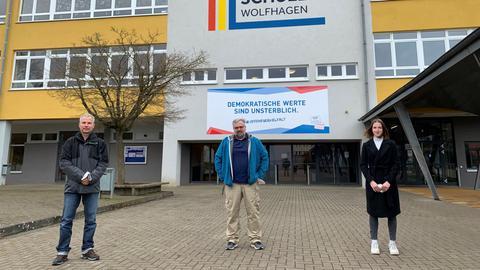 Henning Riedel, Stefan Zindel und Charlotte Krapf (v.l.) vor der Walter-Lübcke-Schule.
