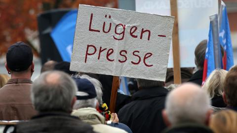 Demonstranten mit Lügenpresseschild