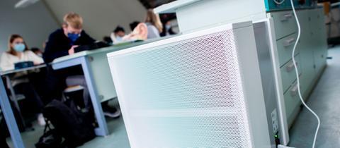 Ein Luftfiltergerät steht in Klassenzimmer
