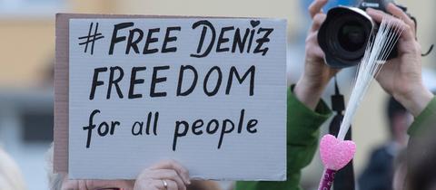 """Demonstrantin mit Schild """"Free Deniz"""""""
