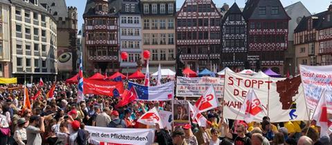 Teilnehmer an der Mai-Kundgebung auf dem Römerberg in Frankfurt