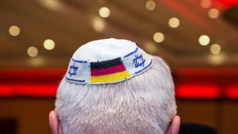 Mann mit Kippa, in die jüdische und deutsche Flaggen eingearbeitet wurden