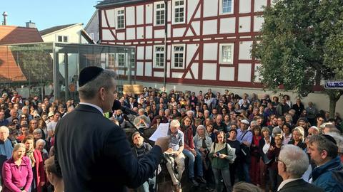 """""""Dieser Anschlag ist ein Anschlag auf uns alle"""", sagte Oberbürgermeister Thomas Spies bei der Kundgebung am oberen Markt."""
