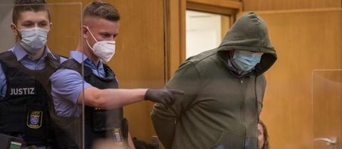 Justizbeamte führen Markus H. in den Gerichtssaal.