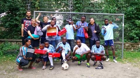 Das Fußballteam mit neuen Fußballschuhen