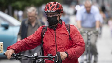 Fahrradfahrer mit Alltagsmaske