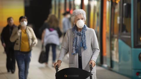Eine Frau in einer U-Bahnstation in Frankfurt trägt eine Maske