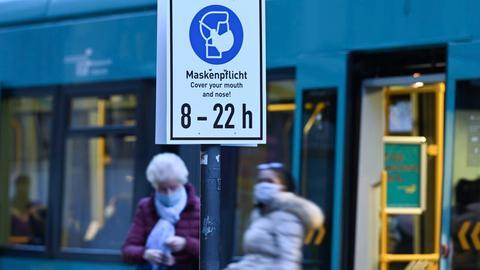 Maskenpflicht am Bahnsteig in Frankfurt: Zwei Frauen steigen aus einer U-Bahn.