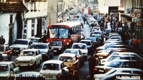 DDR-Bürger fahren am 12. November 1989 reihenweise in Trabis durch die Marktstraße in Wanfried (Werra-Meißner)
